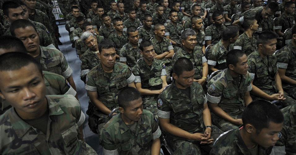 Soldados tailandeses fazem filas para doar sangue a vítimas de ataque a bomba em acampamento militar na província de Narathiwat, na Tailândia