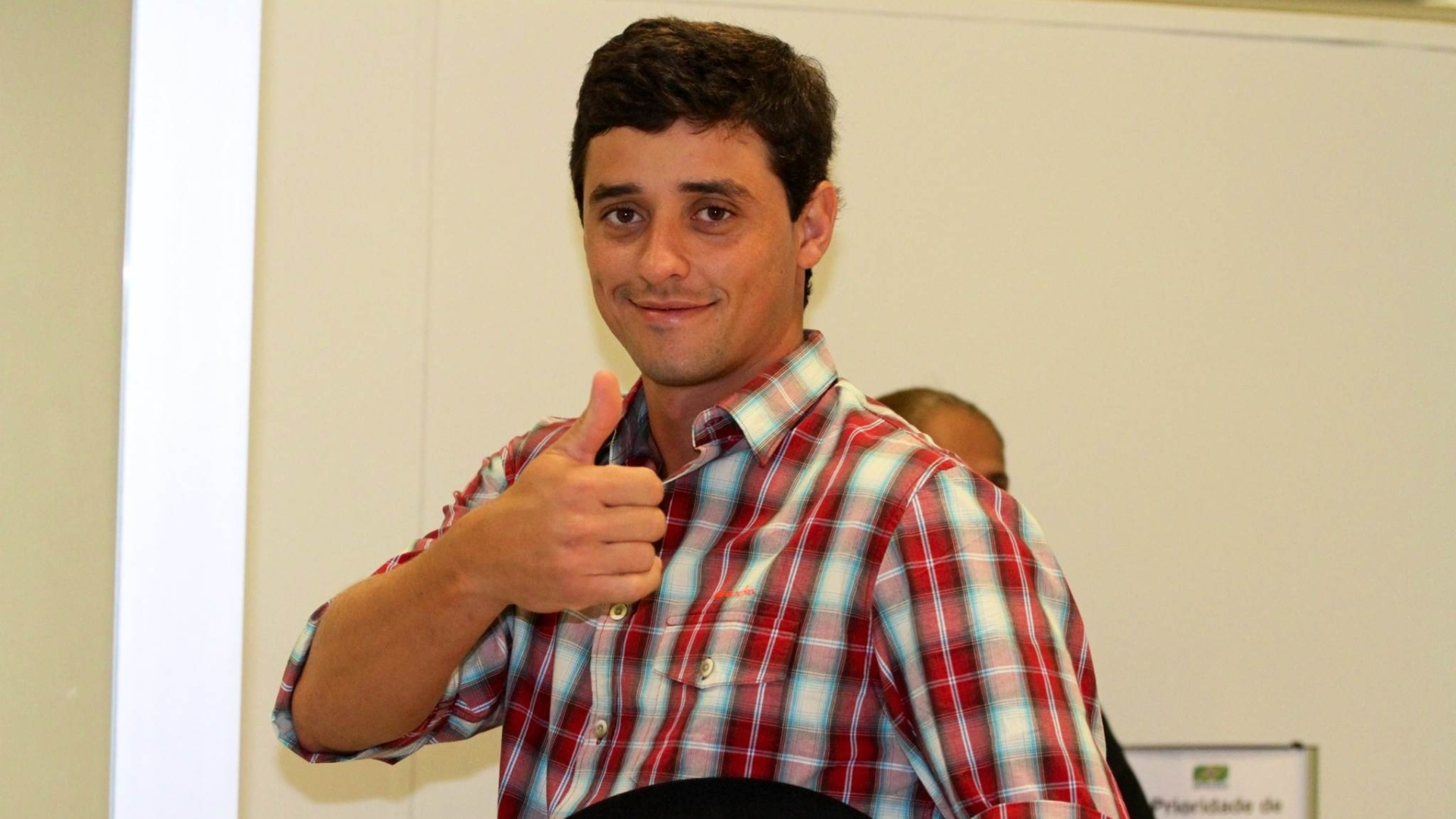 Vencedor do BBB12, Fael acena para fotógrafos no Aeroporto Santos Dumont, no Rio de Janeiro (5/4/12)