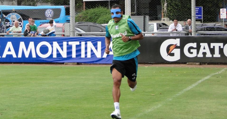 Zagueiro e volante GIlberto Silva testa nova máscara no treino do Grêmio desta quinta-feira (05/04/2012)