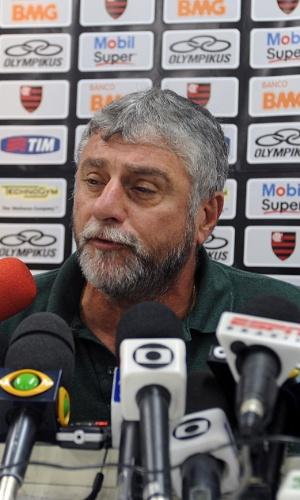 José Luiz Runco, médico do Flamengo, também esteve no local e será um dos médicos responsáveis pela cirurgia