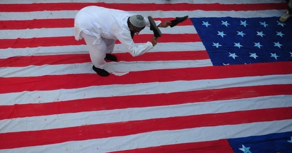 Ativista paquistanês dá sapatada em bandeira norte-americana em protesto na cidade de Karachi
