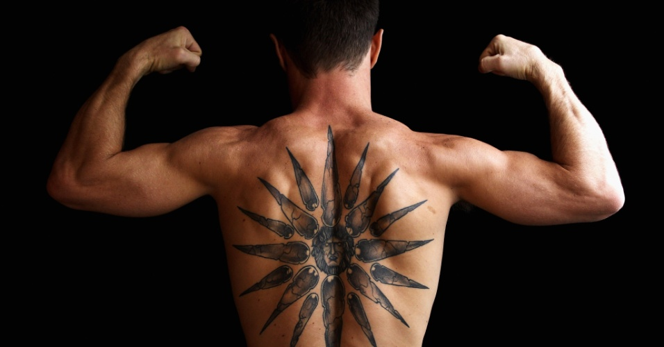 Boxeador australiano Michael Katsidis possui o Sol de Virgínia, símbolo da Macedônia, tatuado em suas costas