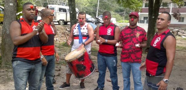 Com narizes de palhaço e ovos, torcedores do Fla protestam contra jogadores no Ninho