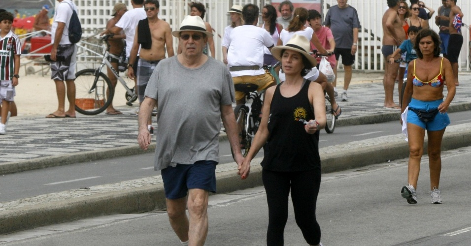 Daniel Filho e Olivia Byington caminham na orla do Leblon, na zona sul do Rio (6/4/12)