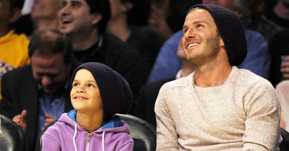 David Beckham e seu filho Romeo vão a jogo de basquete em Los Angeles, Califórnia (6/4/12)
