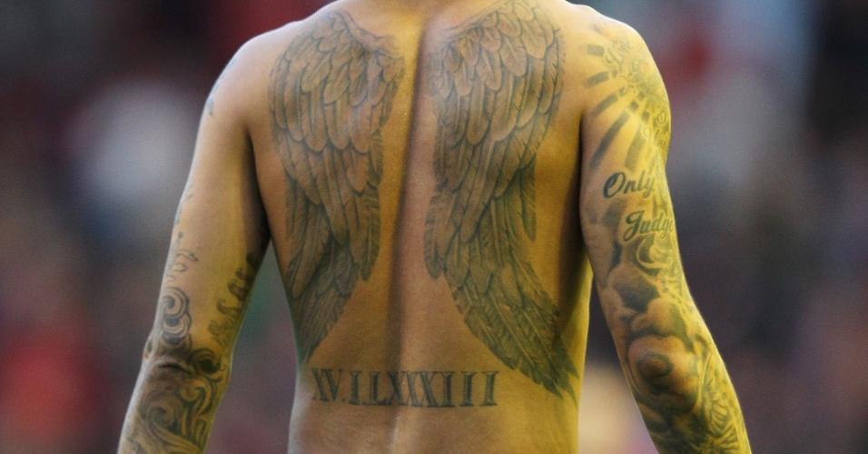 Jermaine Pennant, atleta do Stoke City, tem asas em suas costas e tatuagens espalhadas pelos dois braços
