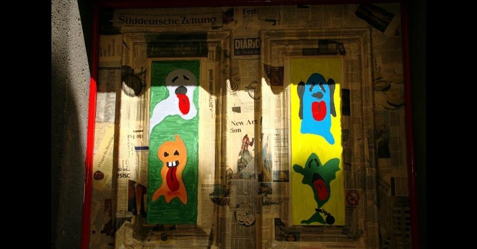 Moradores da Ilha da Madeira foram convidados a cederem suas portas e janelas para intervenções de artistas convidados que abusaram de linguagens como a fotografia, artes visuais, escrita e pintura, como esta obra encabeçada pelo artista Elias Homen de Gouveia, na porta 25 da rua Santa Maria, uma das mais antigas do setor histórico de Funchal