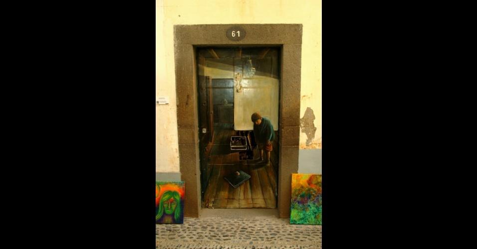 A porta 61, de autoria do artista Samuel Diogo Cabral, é um dos trabalhos que podem ser vistos no Arte Portas Abertas, projeto em que o centro velho de Funchal, na Ilha da Madeira, ganhou novas cores e texturas