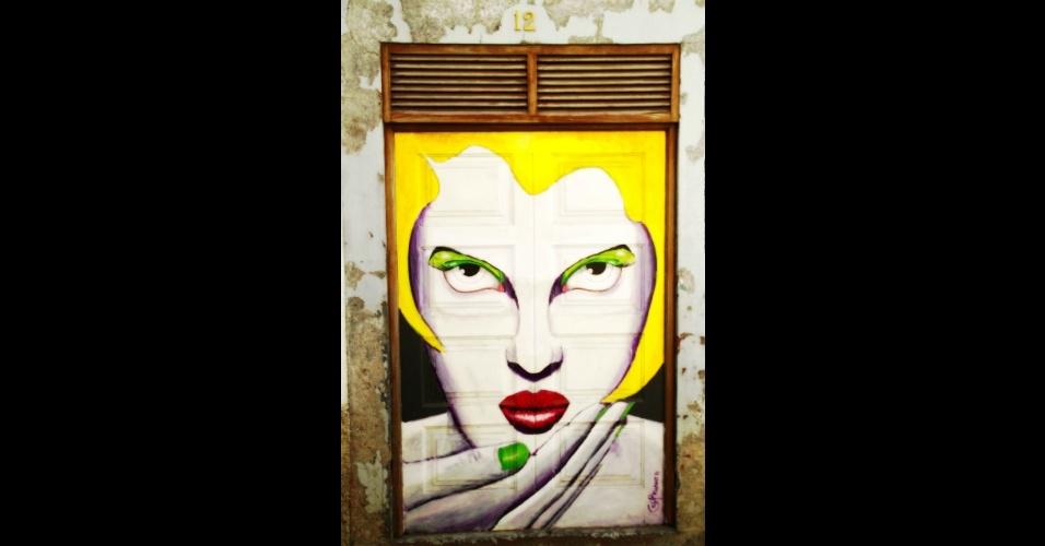 Gil Nuno é o artista responsável pela intervenção na segunda metade da porta 12, no centro histórico de Funchal, capital da Ilha da Madeira. Essa e outras intervenções artísticas em uma das ruas mais antigas da cidade fazem parte do Arte Portas Abertas