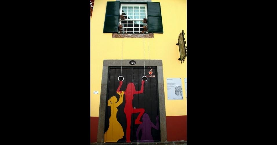 Criação coletiva dos jovens do projeto educacional Criamar sobre a porta 124 da histórica rua de Santa Maria, na Ilha da Madeira. Esta e outras obras artísticas são intervenções em portas e janelas que integram o projeto Arte Portas Abertas, em Funchal