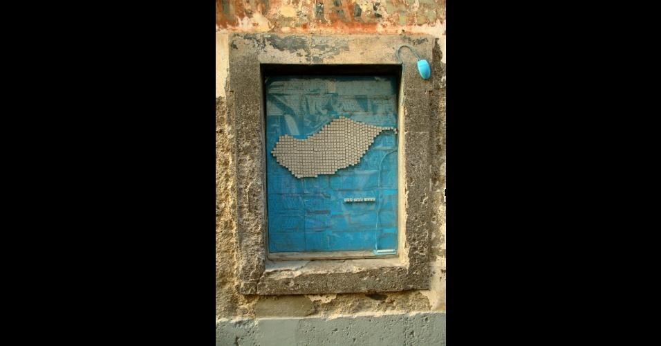 Intervenção da artista Cristina Sousa em uma janela da rua Santa Maria, no centro histórico de Funchal, na Ilha da Madeira. A obra integra o projeto Arte Portas Abertas, uma iniciativa local que trouxe cores e texturas a fachadas de residências, estabelecimentos comerciais abandonados e construções decadentes