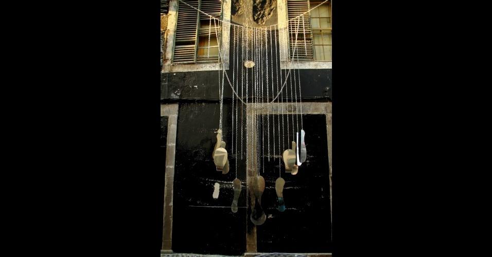 Moradores da Ilha da Madeira foram convidados a cederem suas portas e janelas para intervenções de artistas convidados que abusaram de linguagens como a fotografia, artes visuais, escrita e pintura, como esta obra do artista Gonçalo 76 Martins sobre as portas 81 e 83 da rua Santa Maria, uma das mais antigas do setor histórico de Funchal, capital da ilha