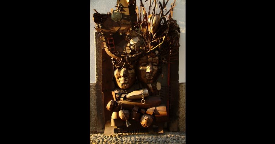 Moradores de Funchal, na Ilha da Madeira, foram convidados a cederem suas portas e janelas para intervenções de artistas convidados que abusaram de linguagens como a fotografia, escrita e artes plásticas como esta impressionante escultura localizada no início da rua Santa Maria, uma das vias mais antigas do centro histórico desta ilha portuguesa