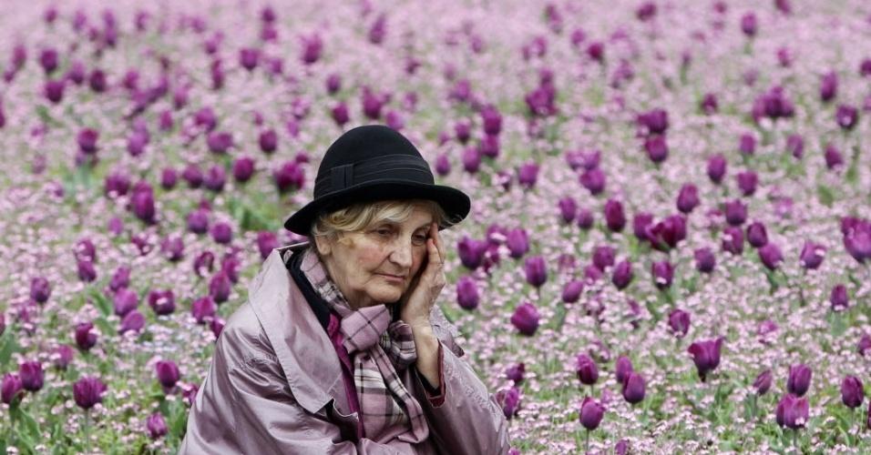 Mulher se emociona e senta em parque de Belgrado (Sérvia) durante marcha para lembrar os 20 anos de início da guerra da Bósnia