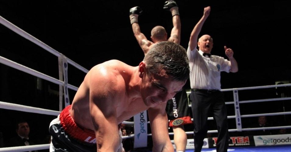 O boxeador francês Salim Larbi se lamenta após nocaute na luta contra o tcheco Lukas Konecny em Brno, na República Tcheca