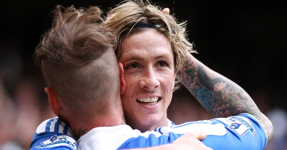 Raul Meirelles, de costas, cumprimenta Fernando Torres, seu companheiro no Chelsea