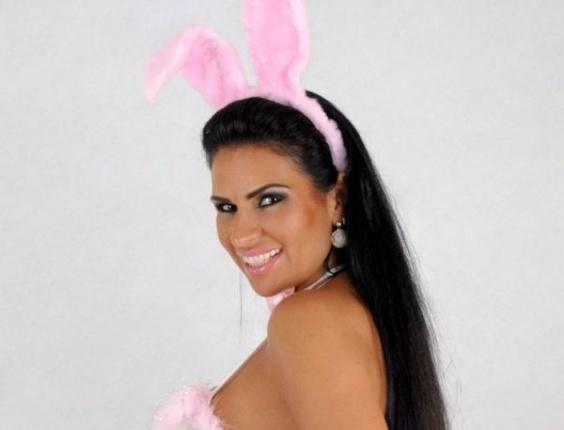 Solange Gomes posa para ensaio vestida de coelhinha (5/4/12)
