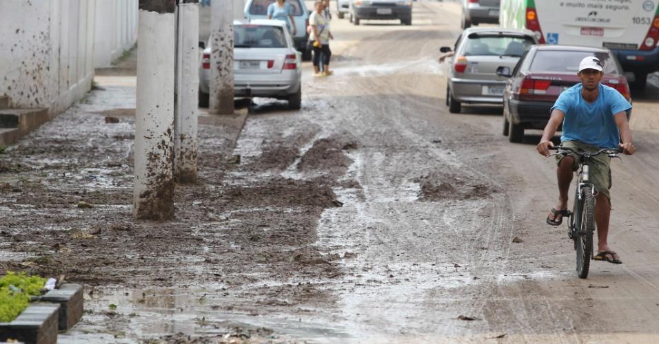 A chuva em Teresópolis (RJ) provocou alagamentos na região central da cidade e deixou pelo menos cinco mortos na madrugada de sábado (7)
