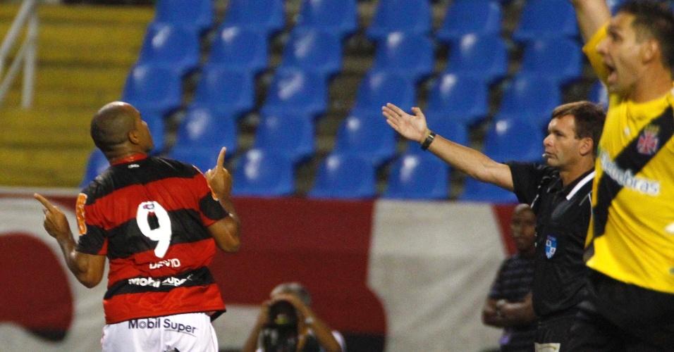 Atacante Deivid comemora seu gol no clássico entre Flamengo e Vasco, pelo Campeonato Carioca, no estádio do Engenhão