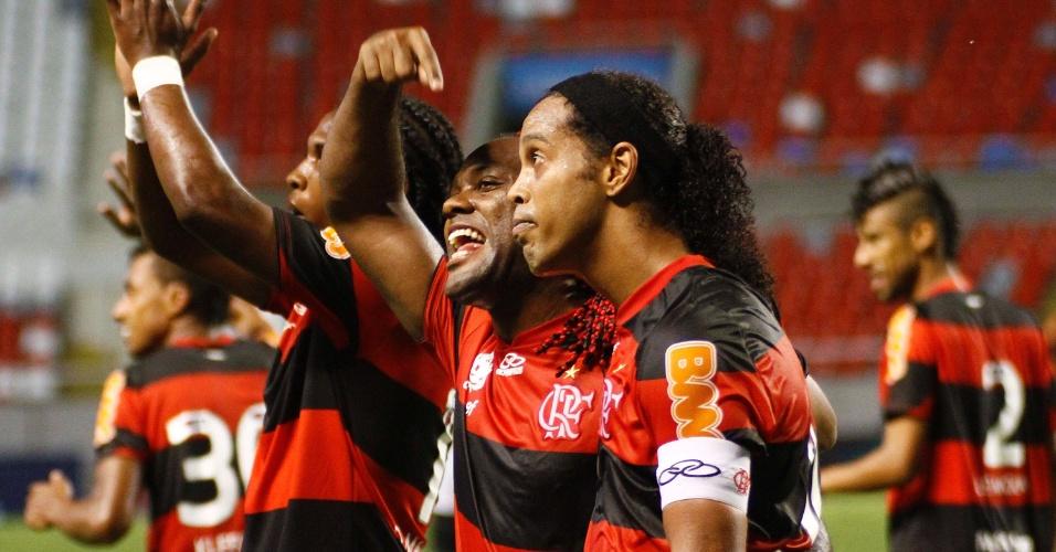 Atacante Vágner Love aponta para o companheiro Ronaldinho Gaúcho, autor do gol que deu a vitória ao Flamengo no clássico com o Vasco