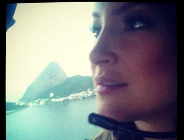 """Cláudia Leitte postou em seu Twitter uma foto de um voo de helicóptero que fez no Rio de Janeiro antes de ir para Montes Claros (MG) neste sábado. A cantora citou a música de seu conterrâneo Gilberto Gil em sua postagem: """"Aquele abraço..."""" (7/4/12)"""