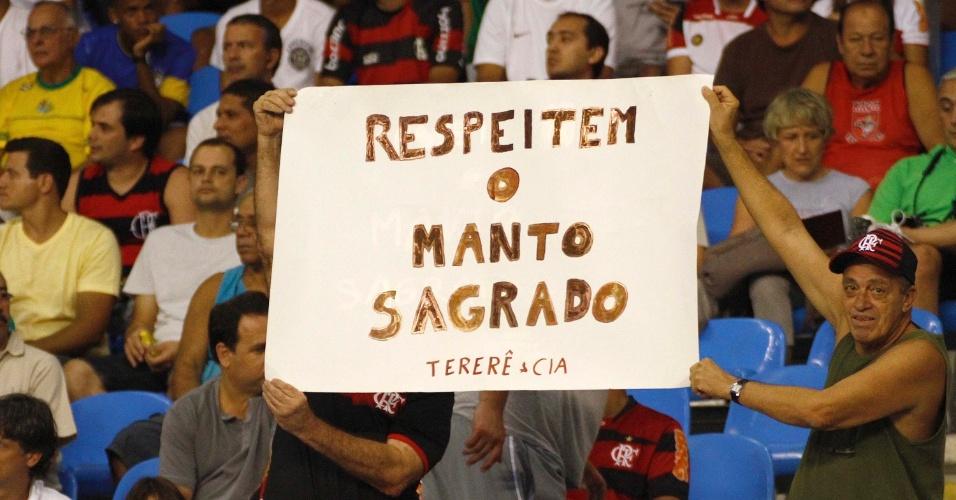 Com o time em crise, torcedores do Flamengo levam faixa com recado aos jogadores do Flamengo, que encara o Vasco, no estádio do Engenhão