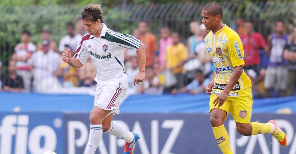 Diguinho, volante do Fluminense, carrega a bola durante o duelo contra o Madureira, pelo Campeonato Carioca