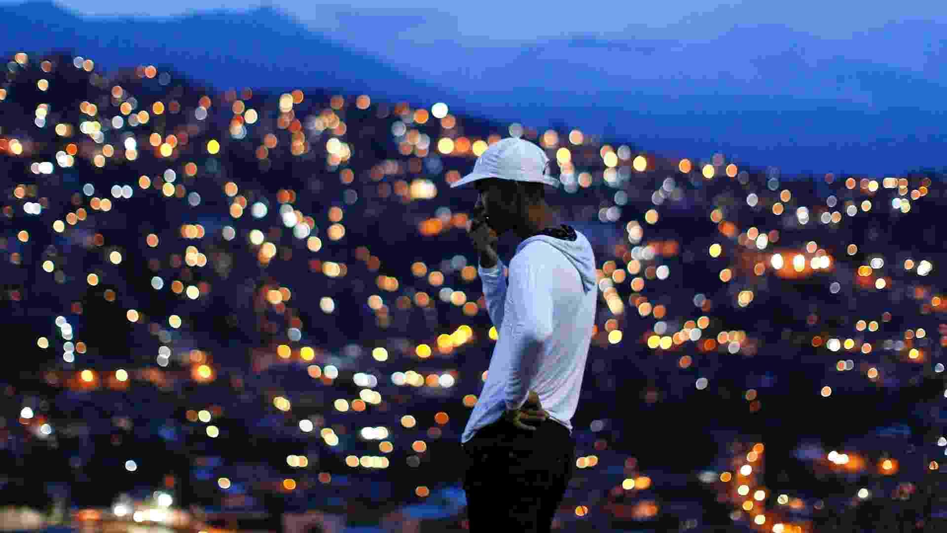 Do alto de morro, homem observa a maior favela da América e do Ocidende, na cidade venezuelana de Petare, na região metropolitana da capital, Caracas - Jorge Silva/Reuters