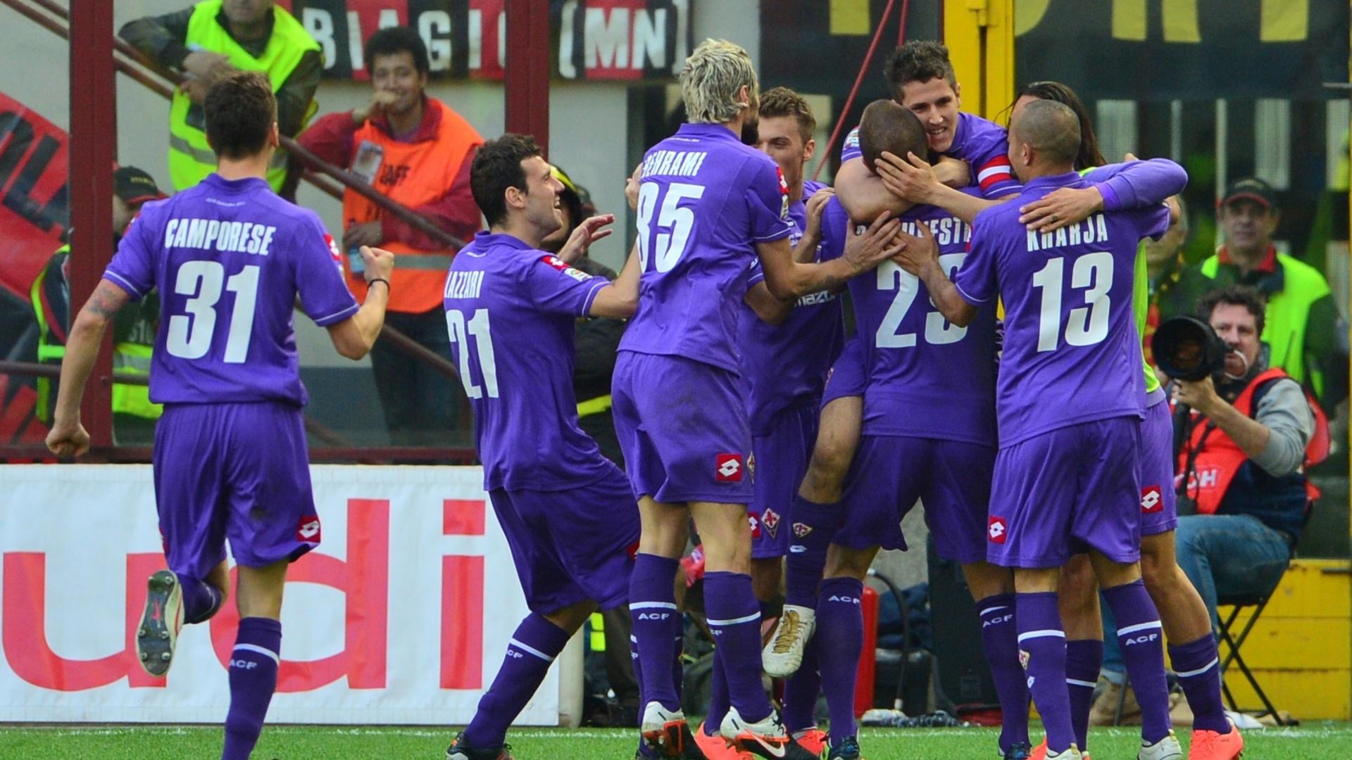 Jogadores da Fiorentina comemoram. Time visitou o Milan neste sábado e levou a melhor: venceu de virada por 2 a 1