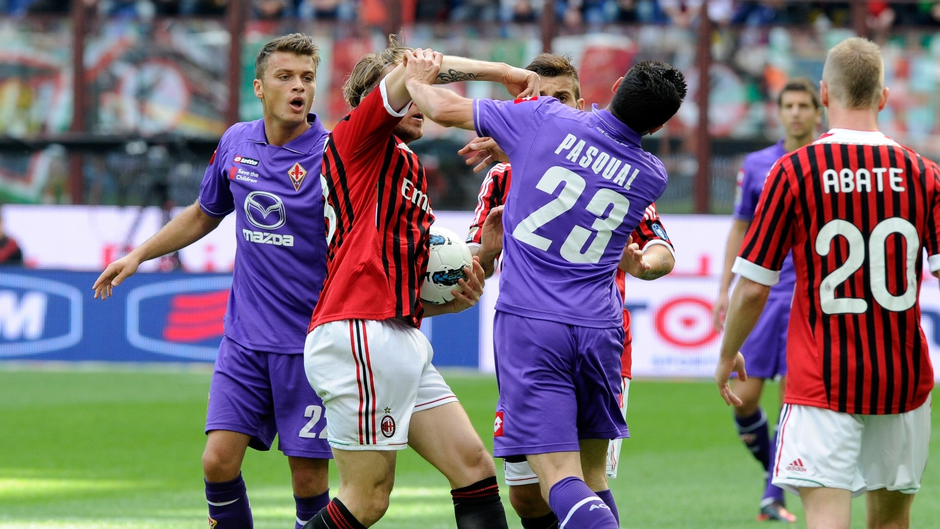 Jogadores de Milan e Fiorentina se empurram durante partida realizada no estádio San Siro e vencida de virada pelos visitantes
