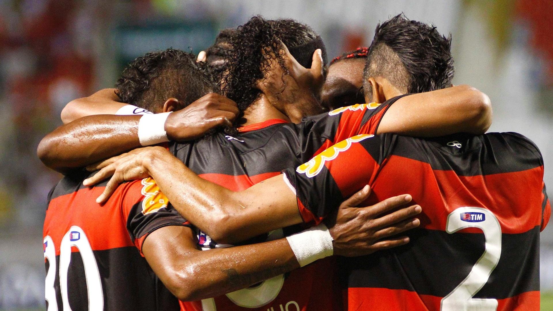 Jogadores do Flamengo comemoram gol marcado por Ronaldinho Gaúcho, de pênalti, que deu a vitória ao time rubro-negro no clássico com o Vasco