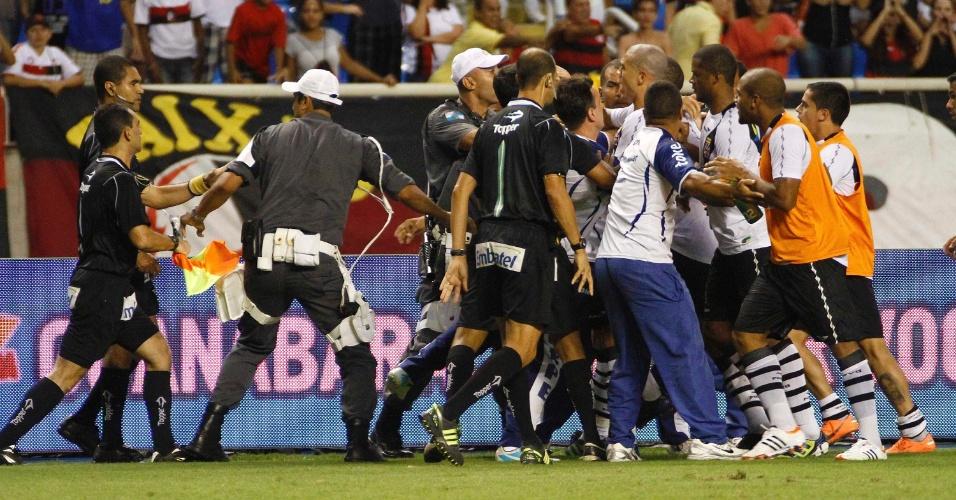 Jogadores do Vasco partem para cima do juiz Wagner dos Santos Rosa após a derrota para o Flamengo no clássico no estádio do Engenhão