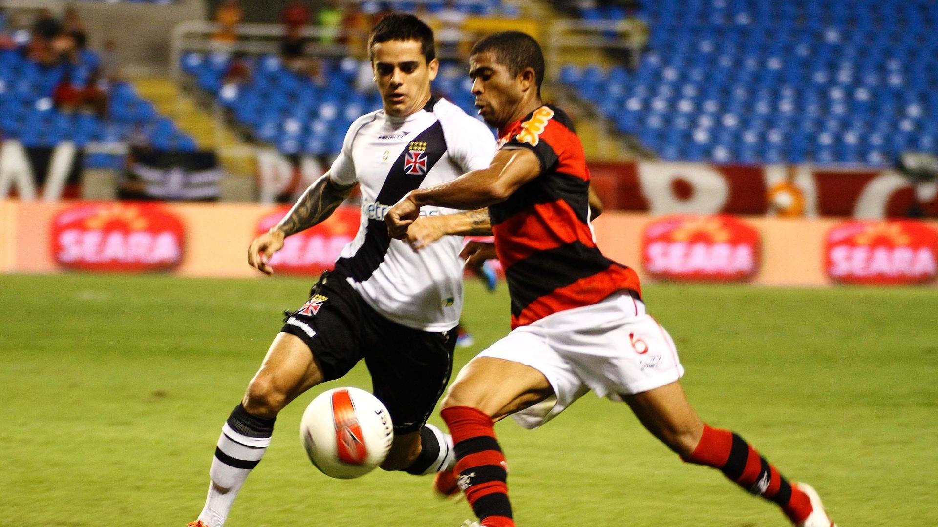 Lateral esquerdo Junior Cesar, do Flamengo, tenta passar pela marcação do vascaíno Fagner, em clássico no estádio do Engenhão