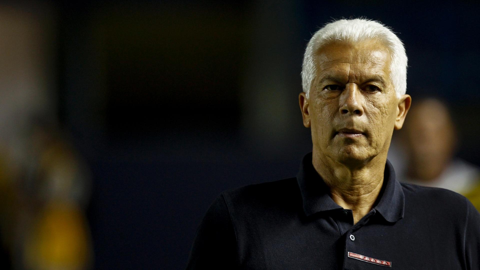 Leão observa o São Paulo contra o Mogi; treinador teve que mudar duas vezes antes dos 15 min