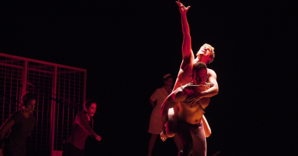 """Leonardo Miggiorin interpreta na um jovem perturbado que trabalha em um estábulo na peça """"Equus"""" (4/12)"""