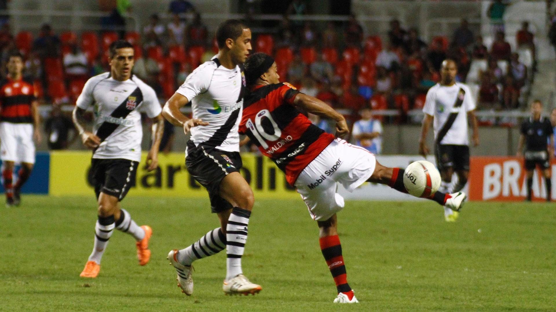 Meia-atacante Ronaldinho Gaúcho tenta passe de calcanhar durante o clássico entre Flamengo e Vasco, pelo Campeonato Carioca, no estádio do Engenhão