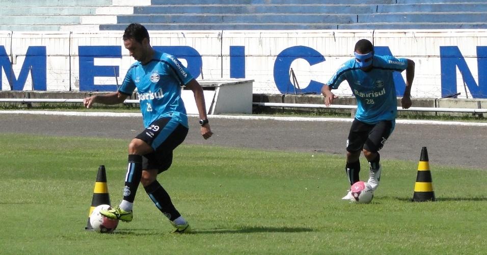 Meia Marco Antônio e zagueiro Gilberto Silva realizam trabalho especial após treino do Grêmio (07/04/2012)