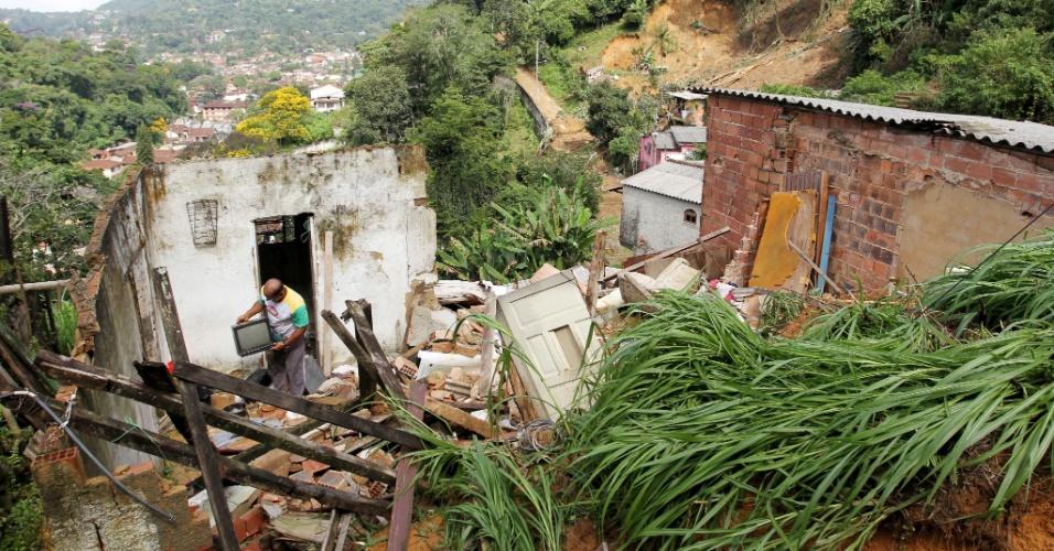 Morador do bairro de Santa Cecília, em Teresópolis (RJ) salva a televisão dos escombros. A chuva provocou soterramentos em Teresópolis na madrugada de sábado (7)