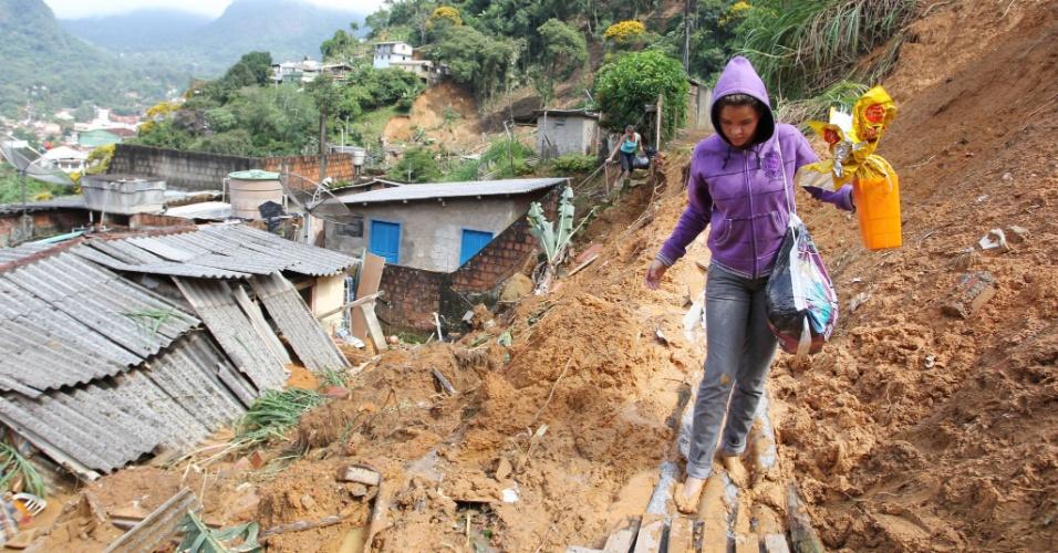 Moradora de casa soterrada no bairro de Santa Cecília resgata o ovo de Páscoa dos escombros provocados pela chuva em Teresópolis na madrugada de sábado (7)