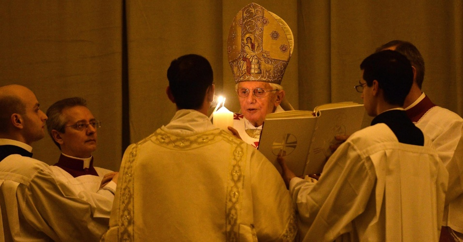 Papa Bento 16 acende uma vela na basílica de São Pedro, durante a vigília de Páscoa