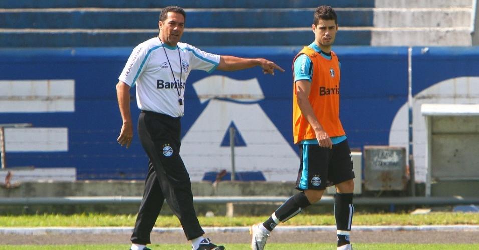 Técnico Vanderlei Luxemburgo e o atacante Miralles durante treino do Grêmio no estádio Olímpico (07/04/2012)