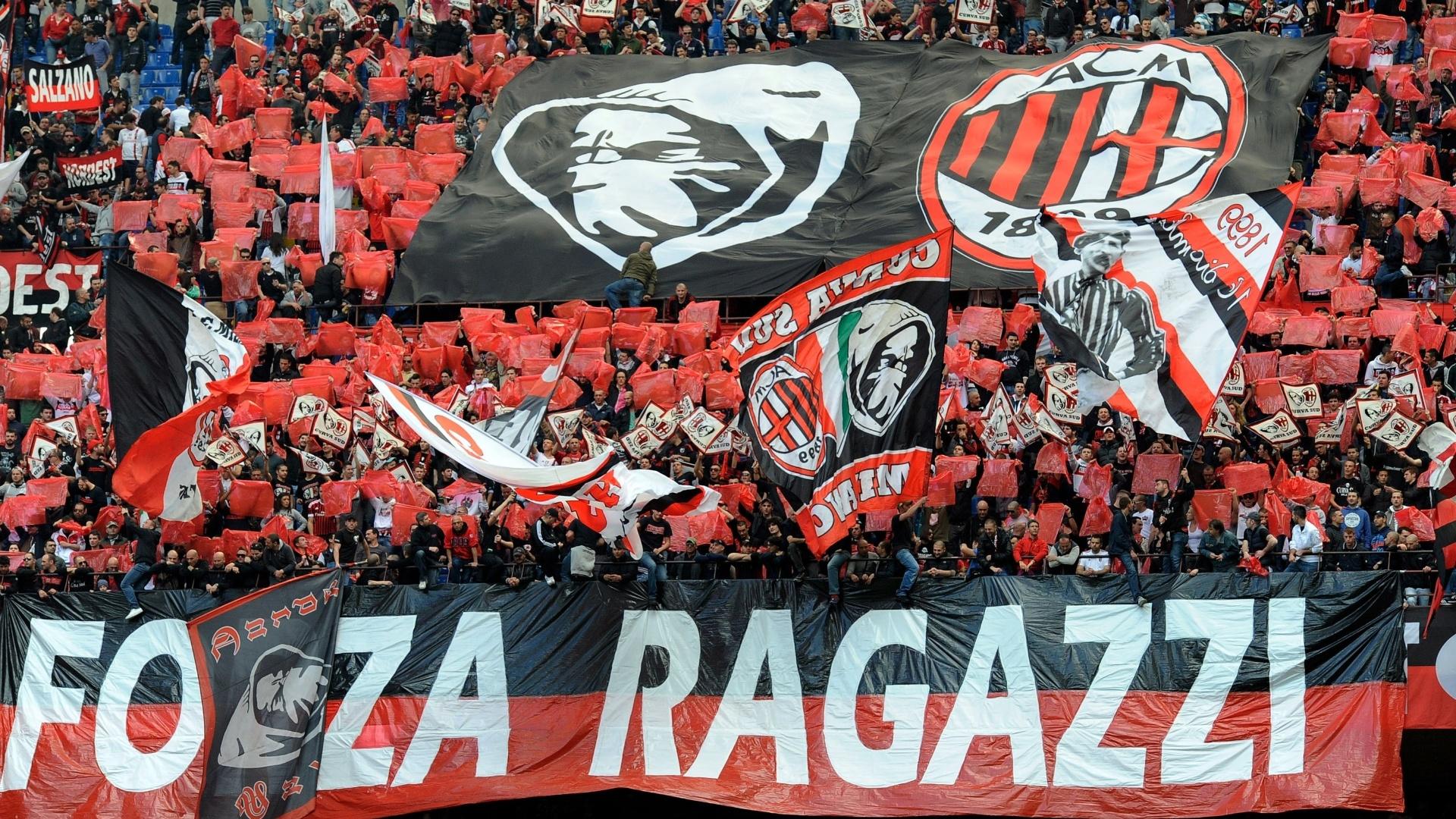 Torcida do Milan fez bonita festa no estádio San Siro durante o jogo contra a Fiorentina