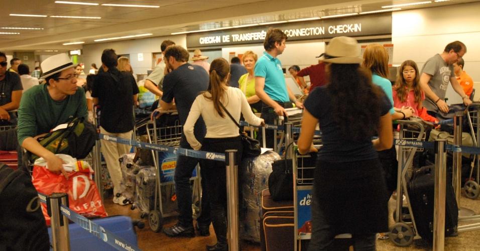 Aeroporto de Cumbica, em Guarulhos, na grande São Paulo, registra grande movimentação de passageitos, neste domingo (8)
