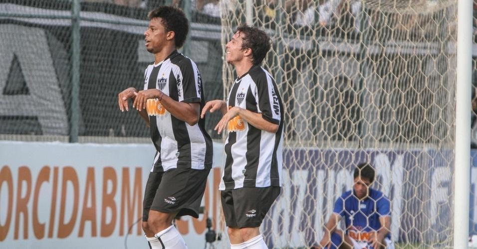 André, junto com Bernard, comemora o seu gol no clássico contra o Cruzeiro (8/4/2012)