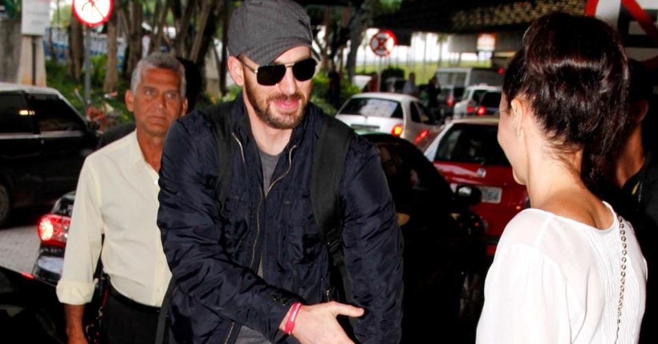 """Ator Chris Evans desembarca em São Paulo para divulgar o filme """"Os Vingadores"""", que estreia 27 de abril, e cumprimenta fã. Ele interpreta o Capitão América (8/4/12)"""