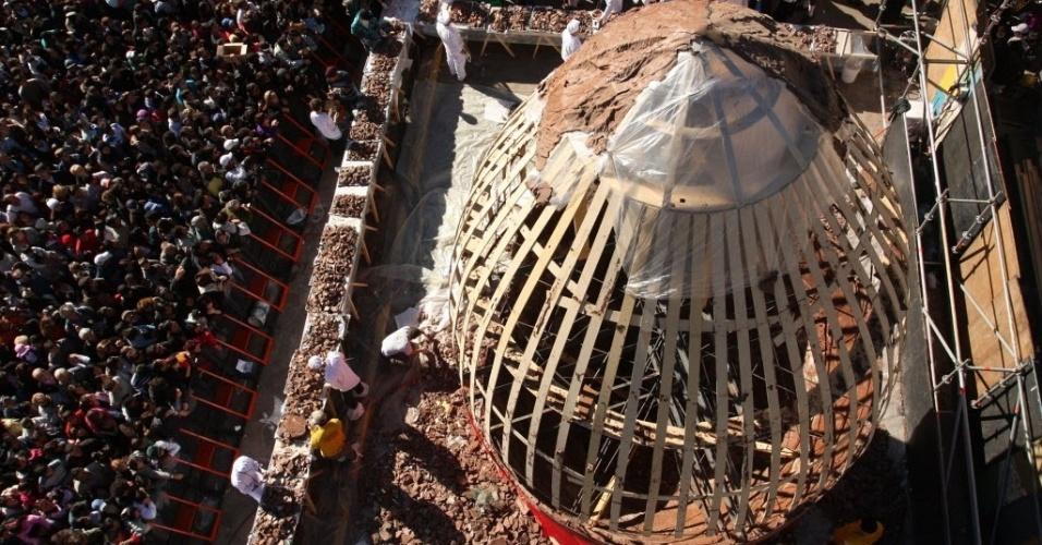 Chefs de cozinha criaram de Bariloche, no sul da Argentina, criaram o maior ovo de Páscoa artesanal do mundo.  O ovo gigante tem 8,5 metros de altura e 5,5 metros de diâmetro