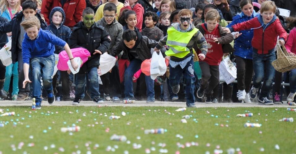 Crianças correm em parque de Bruxelas durante a tentativa de quebra do recorde de maior caça de ovos de Páscoa do mundo