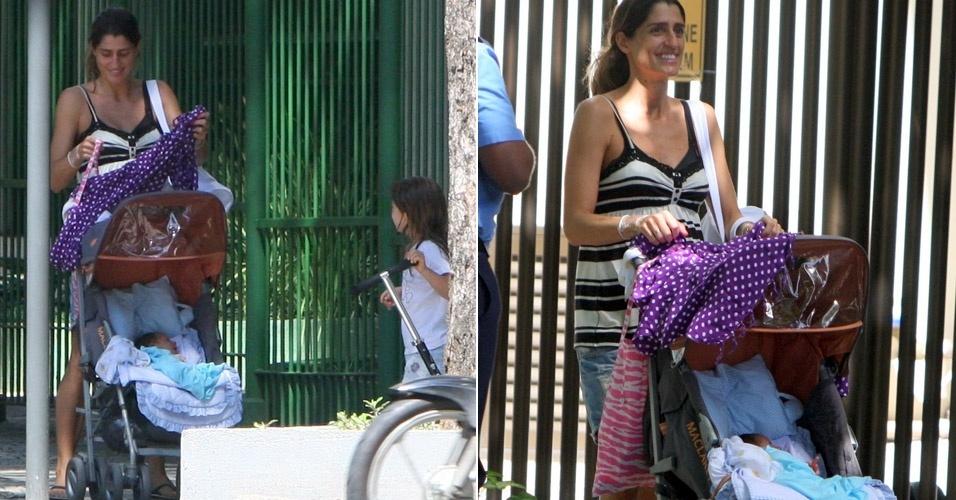 Esposa de Eduardo Moscovis, Cynthia Howllet caminha com o filho recém-nascido e a filha Manuela no Leblon, Rio de Janeiro (8/4/12)