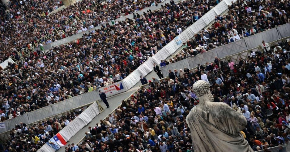 Mais de 100 mil fiéis lotam a praça de São Pedro neste domingo (8), no Vaticano, durante a tradicional missa solene do Domingo da Ressurreição, celebrada pelo papa Bento 16