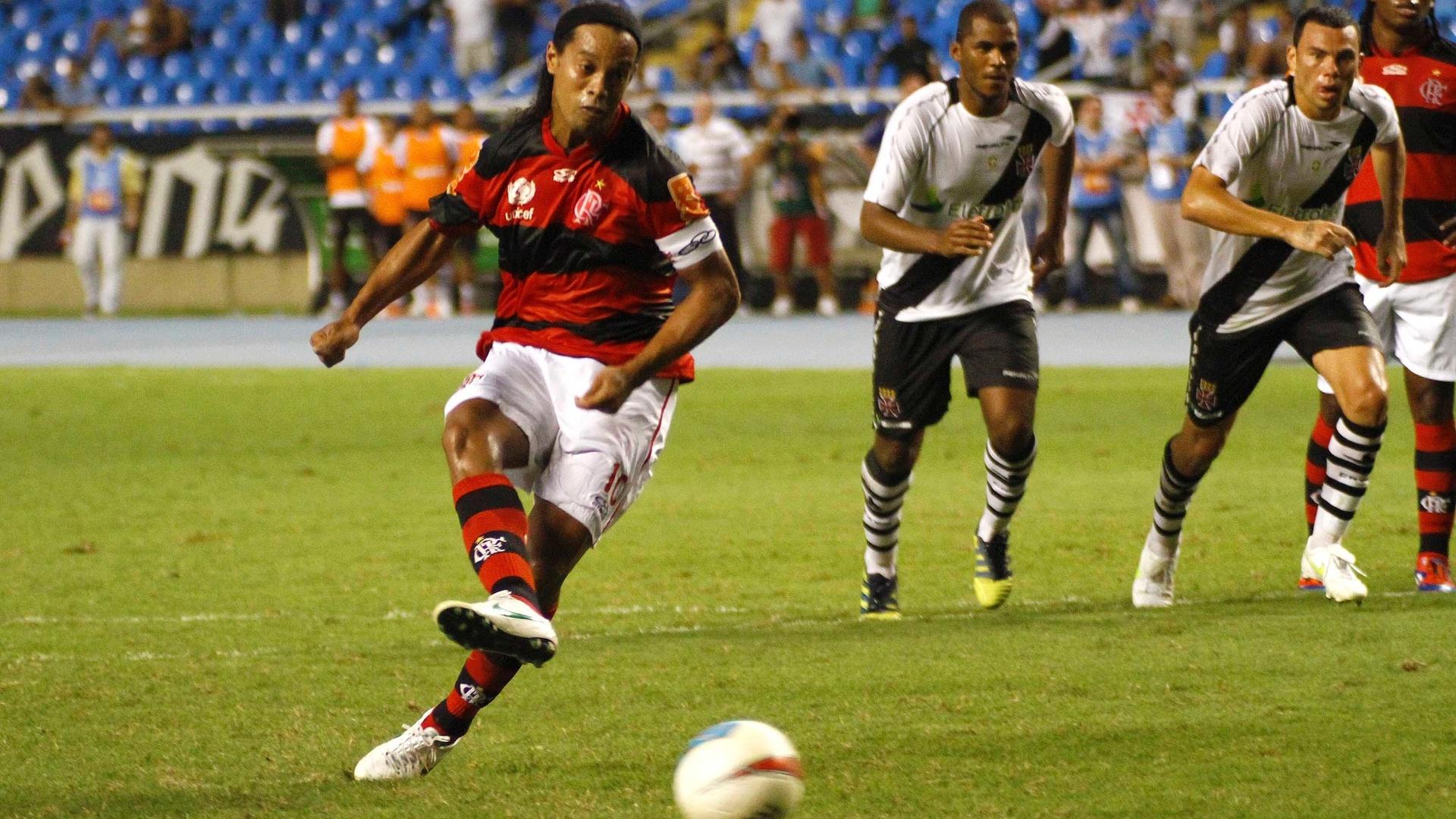 Meia-atacante Ronaldinho Gaúcho bate a penalidade que acabou dando a vitória ao Flamengo no clássico com o Vasco, no estádio do Engenhão